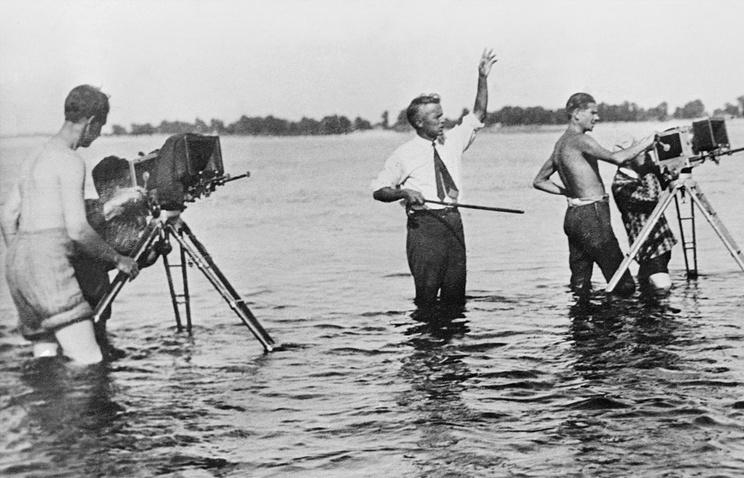 Режиссер Александр Довженко (в центре) на съемочной площадке. 1932 год