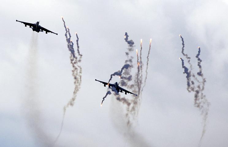 Самолеты-штурмовики Су-25 ВВС Белоруссии во время учений
