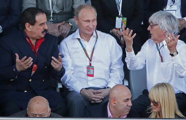 """Король Бахрейна Хамад II бен Иса аль-Халиф, президент России Владимир Путин и генеральный промоутер """"Формулы-1"""" Берни Экклстоун (слева направо)"""