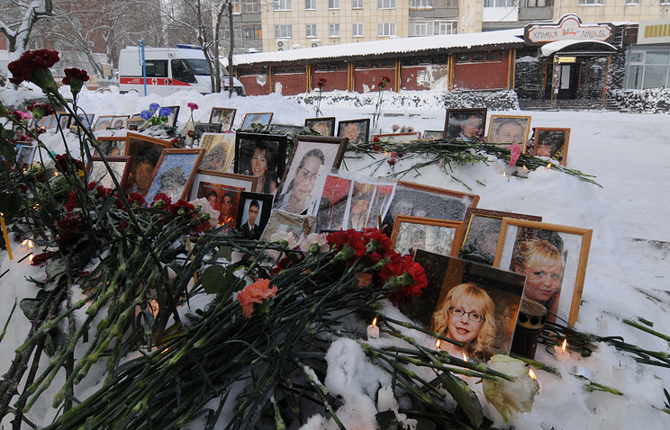 """Цветы, принесенные жителями города, в память о погибших при пожаре в ночном клубе """"Хромая лошадь"""", январь 2010 года"""
