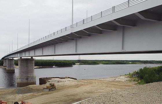 Мост через реку Вах в процессе строительства