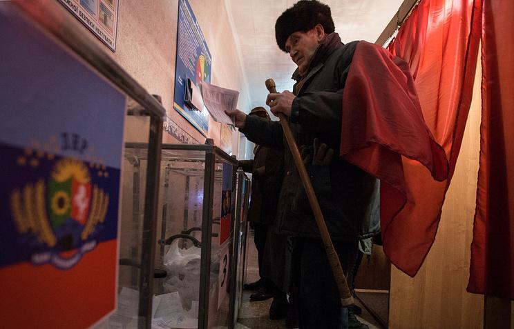 Житель Луганска во время голосования