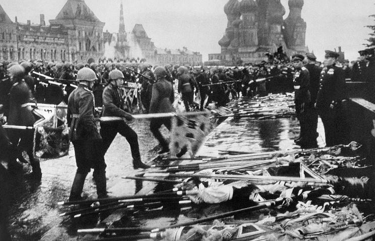 Участники Парада Победы бросают к подножию Мавзолея Ленина боевые знамена разгромленной фашистской армии