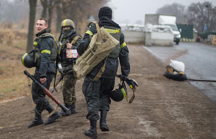 Военнослужащие Национальной гвардии Украины на въезде в Мариуполь