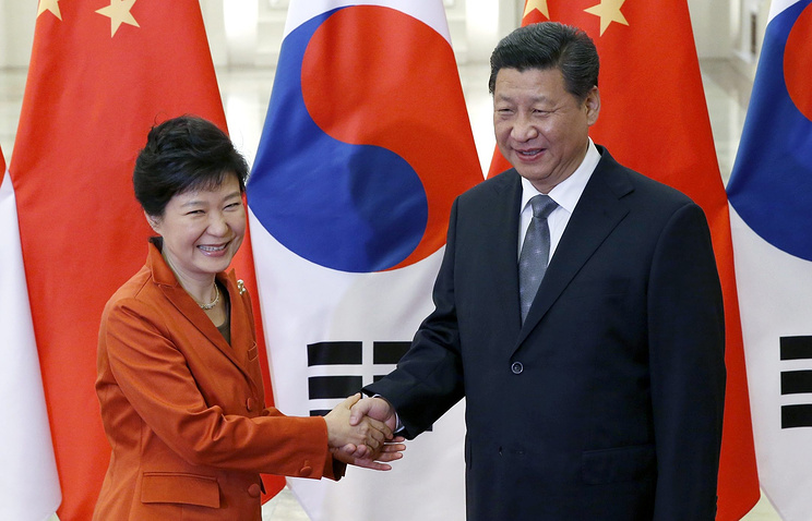 Президента Республики Корея Пак Кын Хе (слева) и лидер КНР Си Цзиньпин (справа)