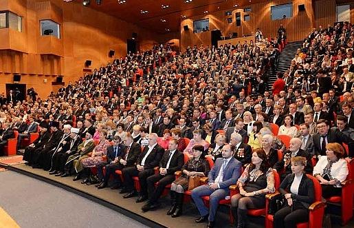 Депутаты Законодательного собрания ЯНАО слушают выступление губернатора