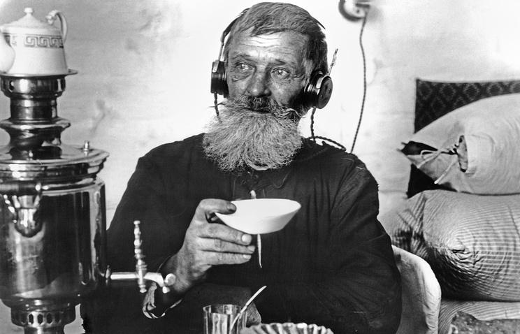 """Рабочий спичечной фабрики """"Сибирь"""" слушает радио. Томск, 1929 год."""