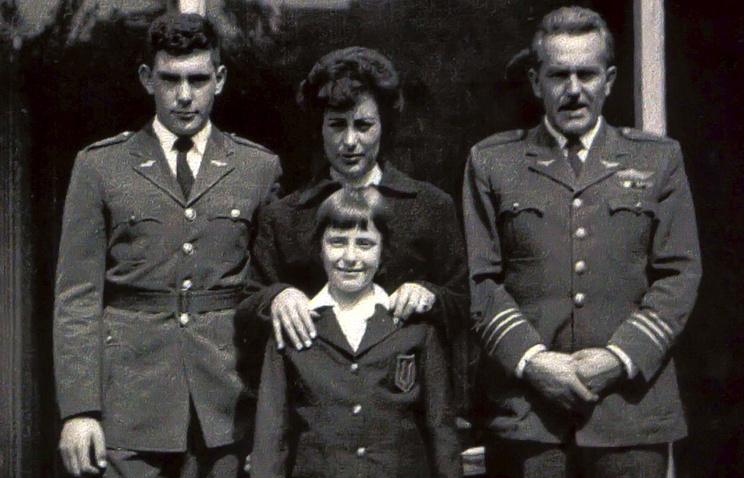Мишель Бачелет, ее отец Альберто Бачелет, мать Анхела Херия и брат Альберто. 1961 год