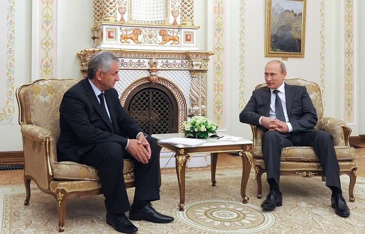 Президент России Владимир Путин и президент Абхазии Рауль Хаджимба (справа налево). Встреча в резиденции Ново-Огарево, август 2014 года