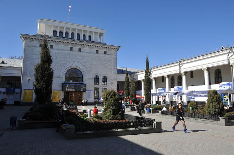 Здание железнодорожного вокзала в Симферополе