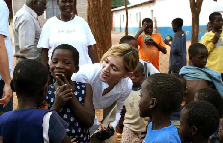 Мадонна (в центре) в Блантайре