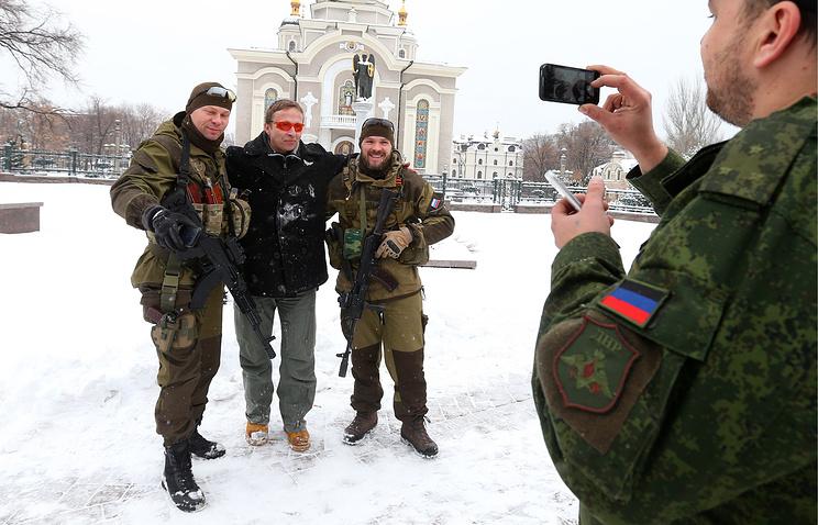Иван Охлобыстин (в центре) фотографируется с ополченцами у Спасо-Преображенского кафедрального собора в Донецке, 30 ноября