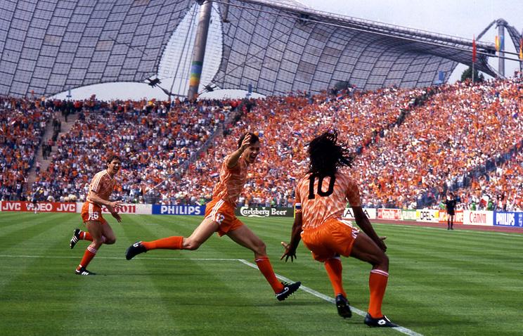 Марко ван Бастен (в центре) после гола в ворота сборной СССР