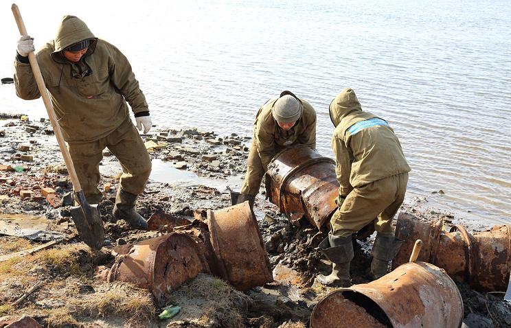 Уборка металлолома на острове Белый во время одной из предыдущих экспедиций