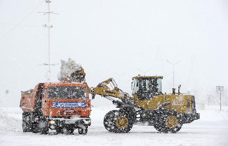 Архив. Петропавловск-Камчатский. Уборка снега на одной из улиц города