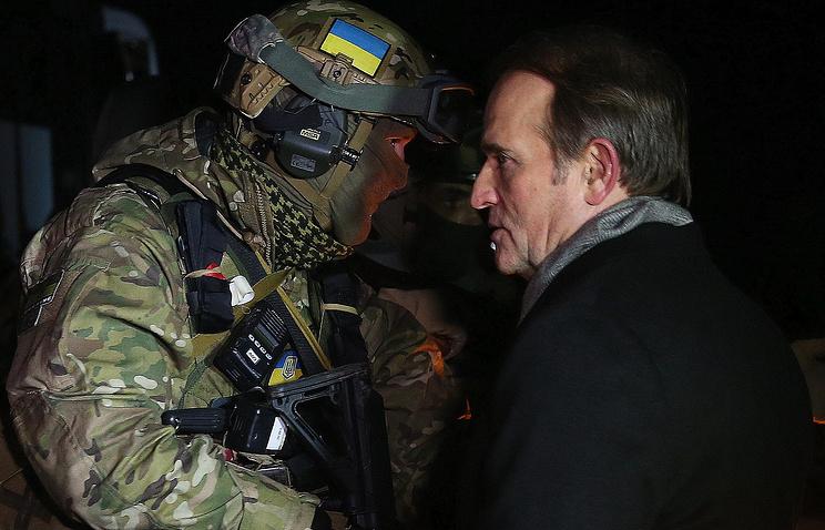 """Лидер движения """"Украинский выбор"""" Виктор Медведчук (справа) во время процедуры обмена пленными"""