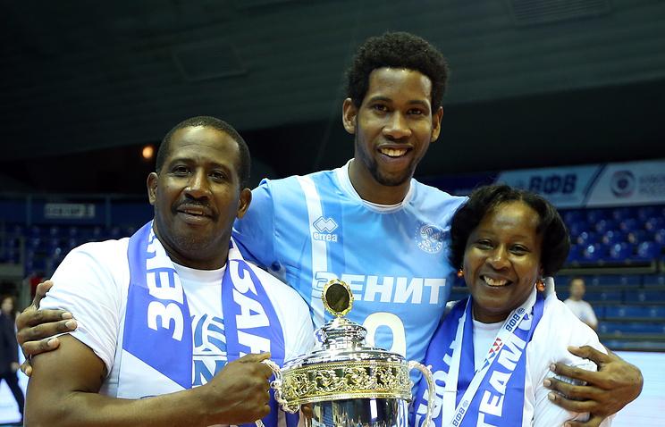 Леон (в центре) с родителями