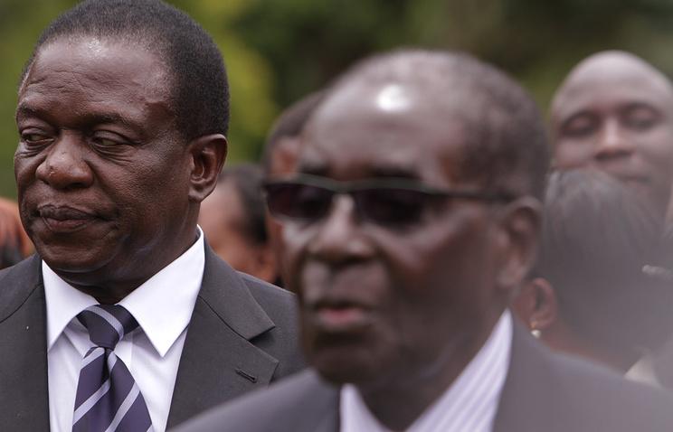 Вице-президент Зимбабве Эмерсон Мнангагва и президент страны Роберт Мугабе (слева направо)