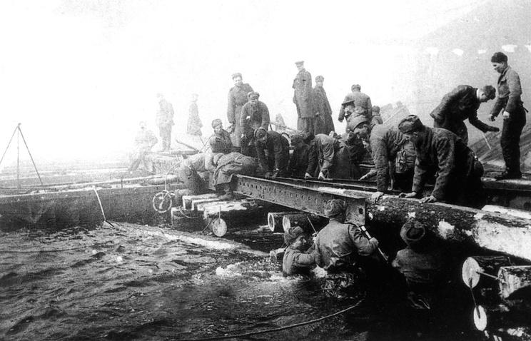 Советские саперы наводят переправу через Одер
