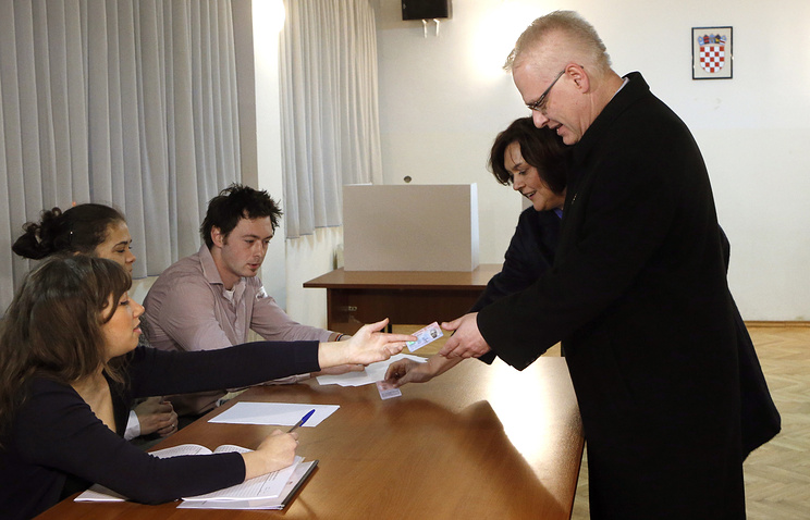 Действующий президент Хорватии Иво Йосипович на избирательном участке