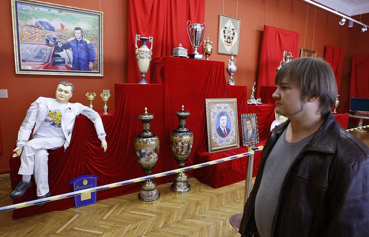 """Выставка вещей из резиденций В.Януковича """"Кодекс Межигорья"""", апрель 2014 года"""