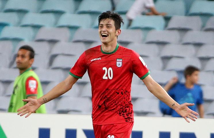 Сердар Азмун только что забил мяч в ворота команды Катара