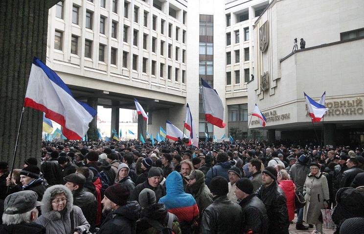 Во время столкновений между сторонниками и противниками новой власти Украины у здания Верховного совета Крыма, февраль 2014 года