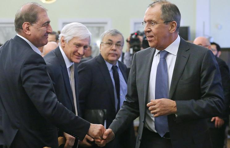 Бывший вице-премьер Сирии Кадри Джамиль и министр иностранных дел РФ Сергей Лавров на встрече представителями сирийской оппозиции и правительства Сирии в Москве