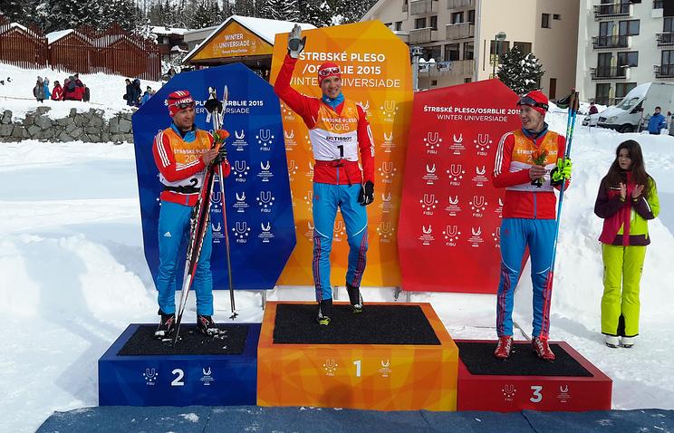 Российские лыжники Андрей Ларков (в центре), Рауль Шакирзянов (слева) и Артем Николаев (справа)