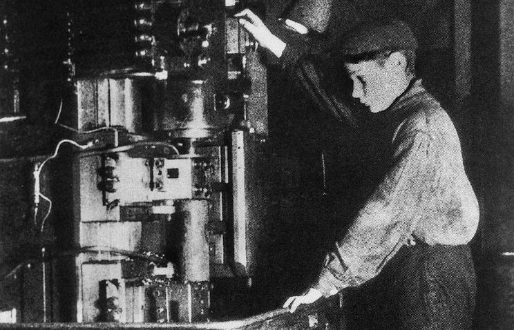 14-летний рабочий на советском оружейном заводе