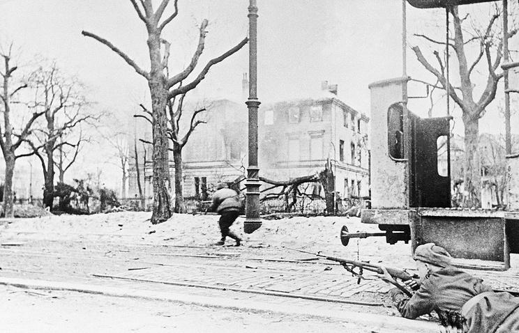 Советские пехотинцы ведут бой в городе Бреслау, февраль 1945 год