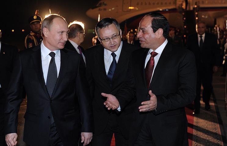 Президент России Владимир Путин (слева) и президент Египта Абдельфаттах ас-Сиси (справа) во время церемонии официальной встречи в аэропорту