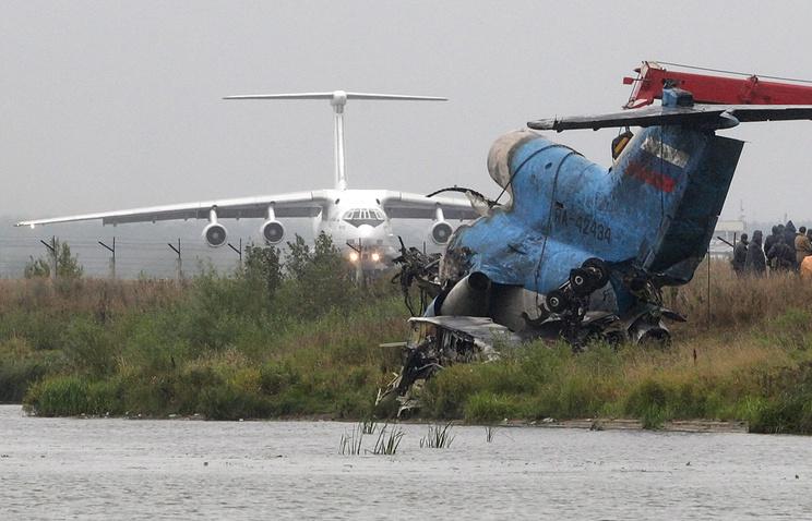 Извлечение из воды обломков самолета Як-42, разбившегося под Ярославлем, 9 сентября 2011 года