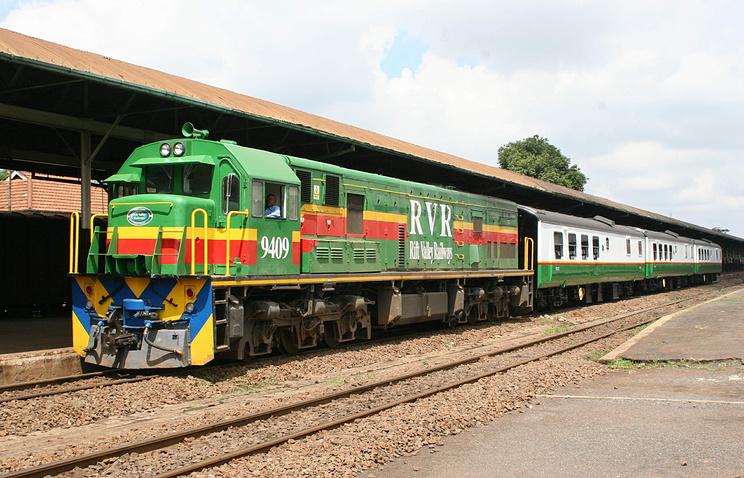 Локомотив компании Rift Valley Railways на железнодорожной платформе в Найроби