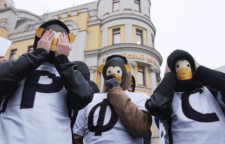 Участники акции против руководства Российского футбольного союза (РФС) у Дома футбола на Таганке в Москве. 16 декабря 2014 года