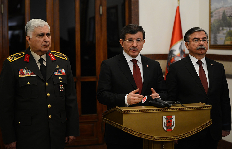 Начальник Генерального штаба Турции Неджет Озель, премьер-министр Ахмет Давутоглу и министр обороны Исмет Йылмаз