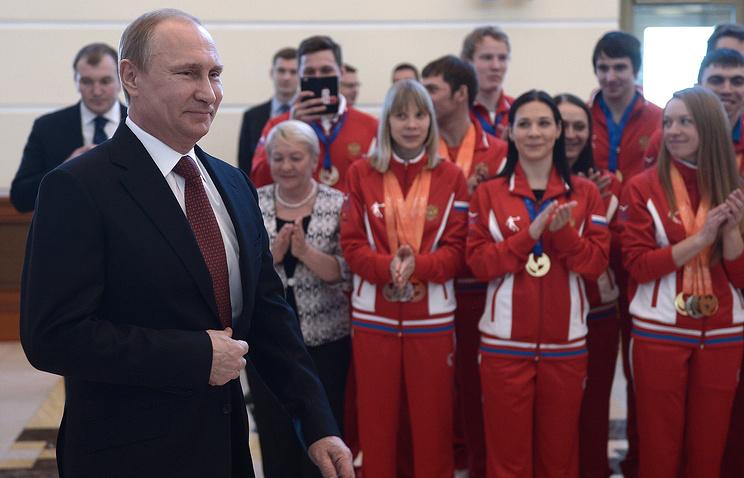 Владимир Путин во время встречи с призерами Универсиады-2015