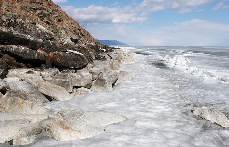 Восточный берег острова Ольхон. Озеро Байкал подо льдом