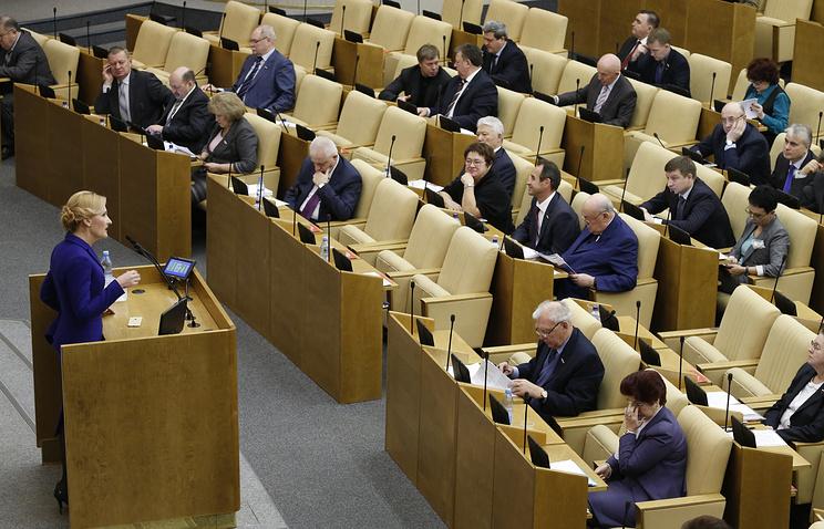 Председатель комитета Госдумы РФ по безопасности и противодействию коррупции Ирина Яровая (слева) на пленарном заседании Государственной Думы РФ