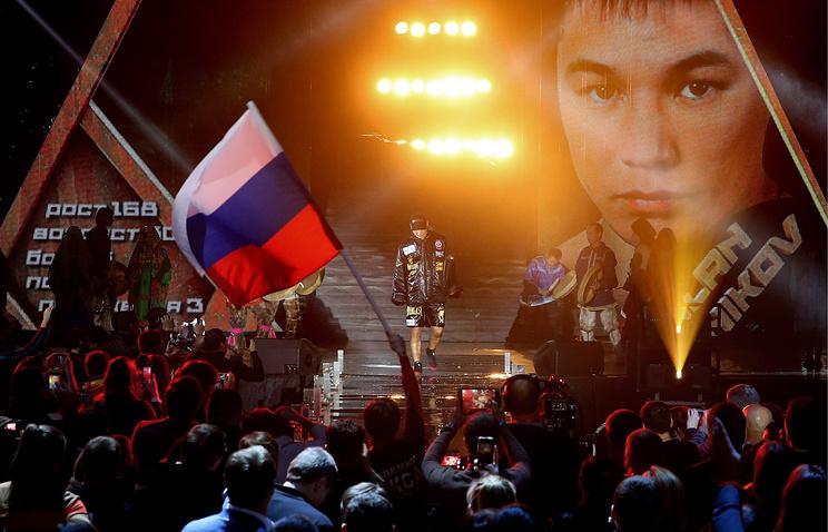 Российский боксер Руслан Проводников (в центре)