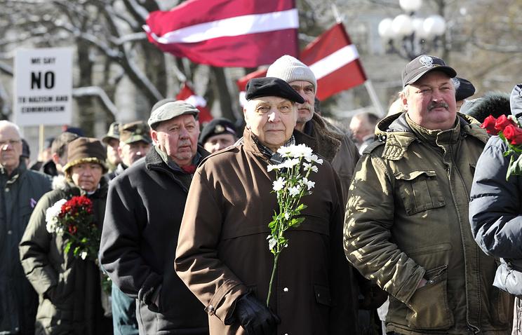 Шествие ветеранов к памятнику Свободы в центре Риги