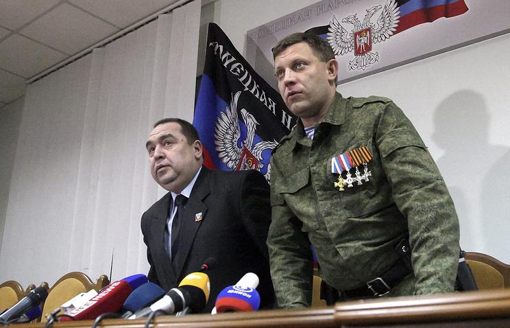 Главы ЛНР и ДНР Игорь Плотницкий и Александр Захарченко (слева направо) во время брифинга по итогам минских переговоров