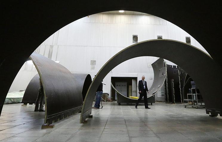 Составные части ракета-носителя  в цехе сборки