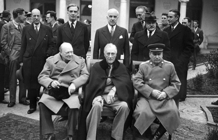 Министр Великобритании Уинстон Черчилль, президент США Франклин Рузвельт, Маршал Советского Союза Иосиф Сталин на Ялтинской конференции, февраль 1945 года