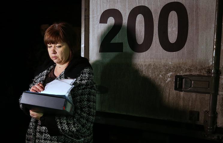 Представитель комитета ДНР по делам военнопленных Лилия Родионова во время передачи тел украинских военных, погибших в Дебальцеве, 5 марта 2015 года