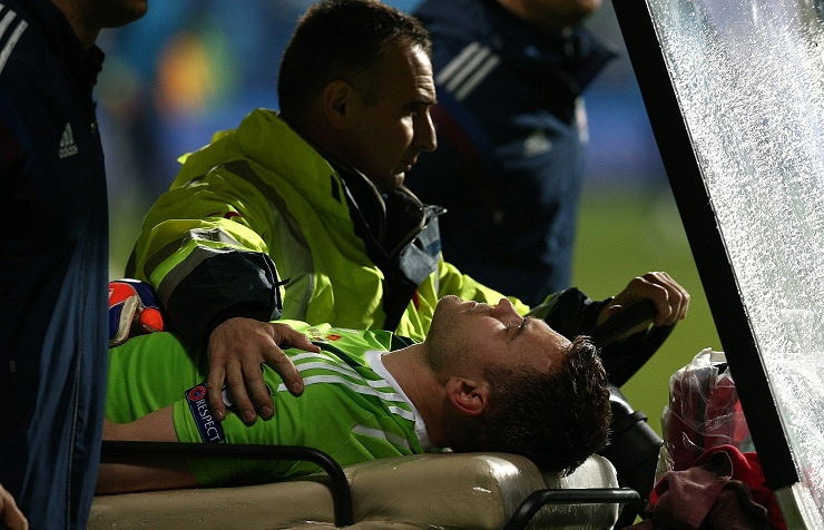 Вратарь сборной России Игорь Акинфеев, получивший травму в матче чемпионата Европы по футболу между сборными Черногории и России