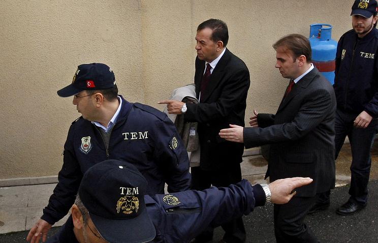 Командующий ВМС адмирал Озден Орнек (в центре), во время следствия, 2010 год