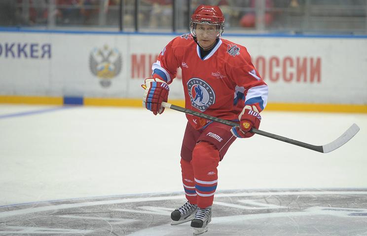 Президент России Владимир Путин во время гала-матча хоккеистов-любителей и звезд отечественного хоккея