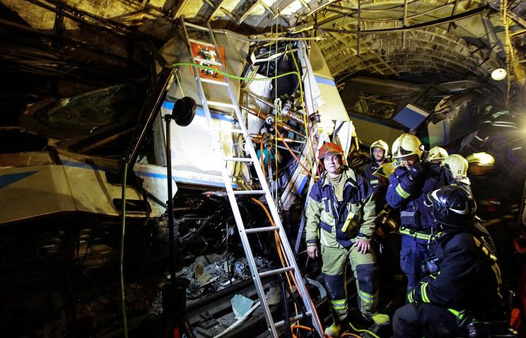 """На месте аварии в тоннеле между станциями """"Славянский бульвар"""" и """"Парк победы"""", 15  июля 2014 года"""