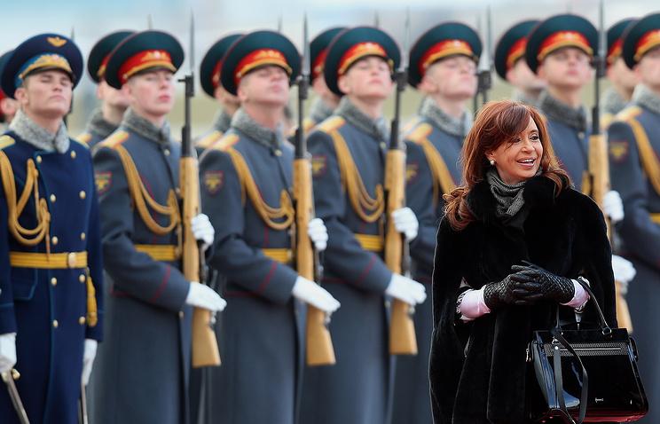 Президент Аргентины Кристина Фернандес де Киршнер во время церемонии встречи в аэропорту Внуково-2